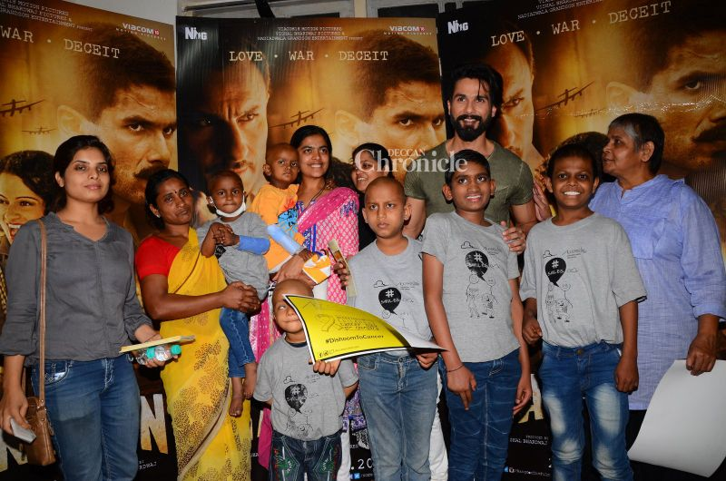 Shahid poses with the kids.