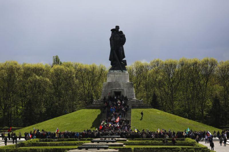 The Soviet Union is estimated to have lost 26 million people in the war, including the 8 million soldiers. Hundreds of people gathered in front of the Soviet War memorial at the district Treptow, in Berlin during an event commemorating the end of World War II 72 years ago.