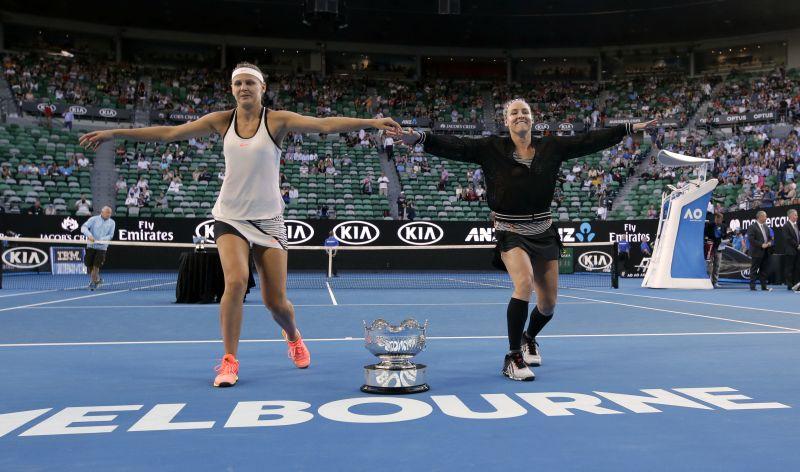 Lucie Safarova (L) and Bethanie Mattek-Sands won the women's doubles title. (Photo: AP)