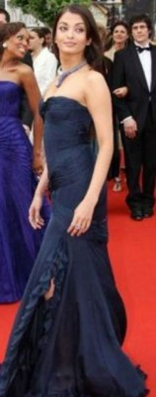 Cannes 2006: Aishwarya chose a midnight blue strapless gown by Roberto Cavalli which was accesorised with a snake-shaped neck piece.