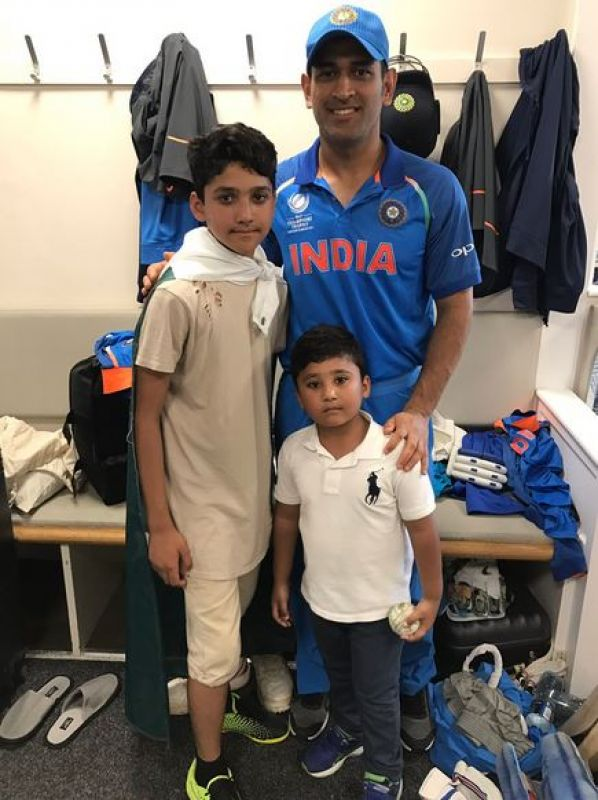 Mahendra Singh Dhoni poses with Pakistan opener Azhar Ali's sons after the India vs Pakistan ICC Champions Trophy clash. (Photo: Twitter)