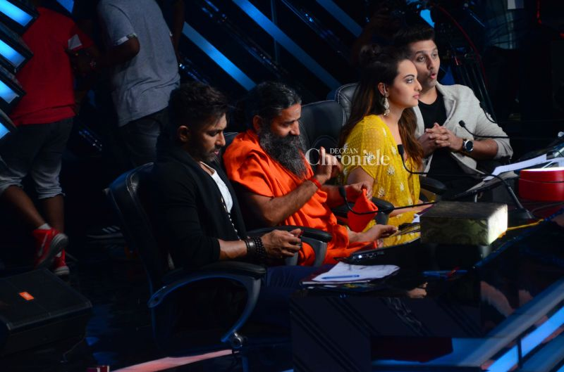 Baba Ramdev was seated along with the judges on the show, Terence Lewis, Mohit Suri and Sonakshi Sinha.
