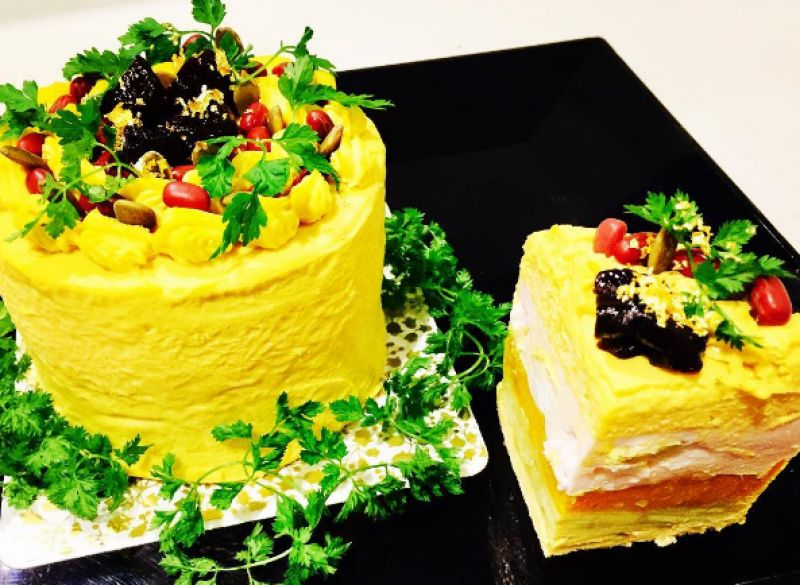 The bright yellow cake has olives and mozzarella to accent with red onion mousse and beans with cream mellow pumpkin. (Photo: Instagram/vegedecosalad)