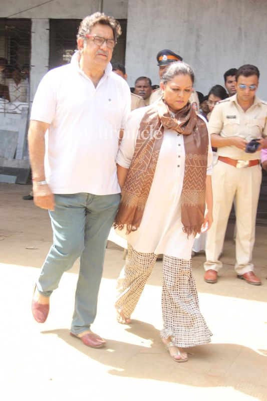 Tanvi Azmi and Baba Azmi while making their way out of the crematorium.