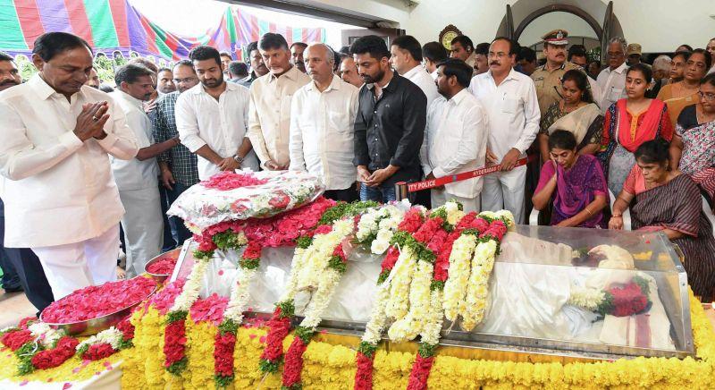 Telangana CM K Chandrashekhar Rao and Andhra Pradesh's N Chandrababu Naidu. (Photo: PTI)