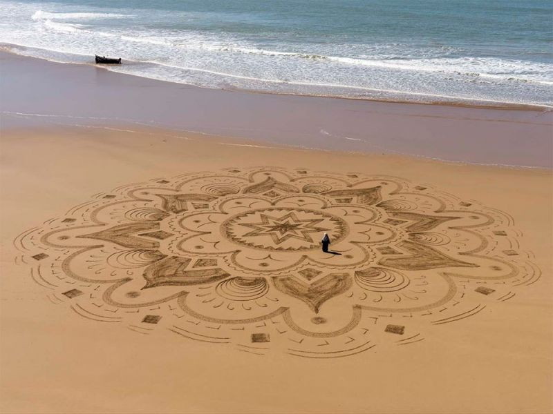 Sand artist Sam Dougados creates unique art inspired by Arabic designs with the arenaglyphe technique