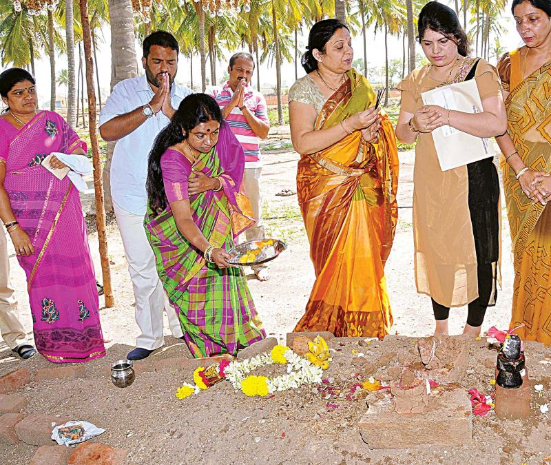 Congress candidate for Gundlupet seat Geetha Prasad offers prayers at the samadhi of her husband Mahadevprasad before filing her papers.