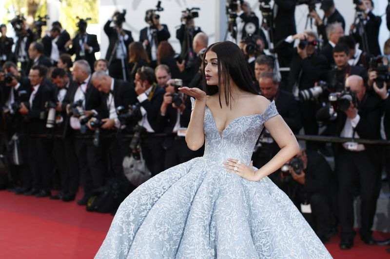 The actress blows a kiss in style. (Photo: AP)