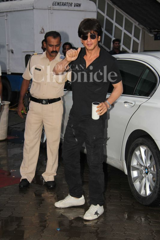 Shah Rukh Khan, who is busy promoting Imtiaz Ali's 'Jab Harry Met Sejal', was spotted in a plush Mumbai locality. As always, the humble superstar took a moment to pose for the shutterbugs. Sweet!