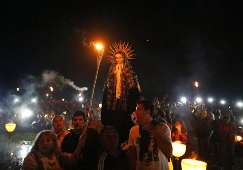 "Catholic faithful of Paraguay carry a Virgin statue in a ""Tanarandy"" town procession, south of Asuncion, Paraguay on Good Friday. (Photo: AP)"