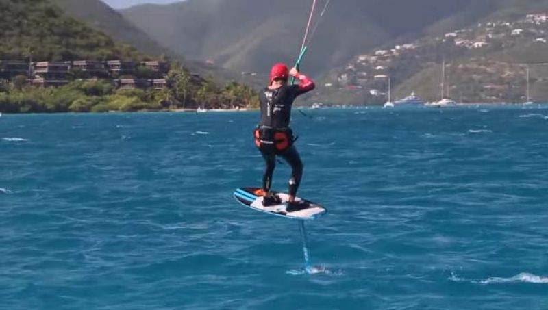 Richard Branson kitesurfs during a competition with Barack Obama. (Photo: Videograb)