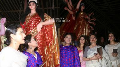 Kajol and her family were snapped by the shutterbugs as they visited a North Bombay samiti, to meet the artists who created Goddess Durga idols on Friday. (Photo: Viral Bhayani)