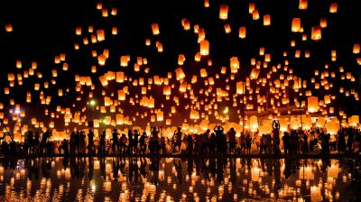 A crowd releases lanterns into the air as they celebrate the Yee Peng festival, also known as the festival of lights, in Chiang Mai on November 3, 2017. (Photo: AFP)