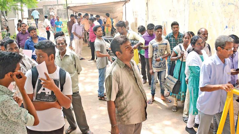 Serpentine lines were witnessed outside the Regional Transport Office (North-West) in the city for the renewal and application for original licence. (Photo: DC)