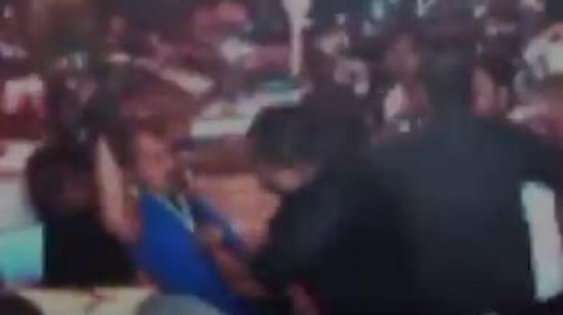 Photographers Clicking Shilpa Shetty, Raj Kundra Beaten up By Hotel Bouncers
