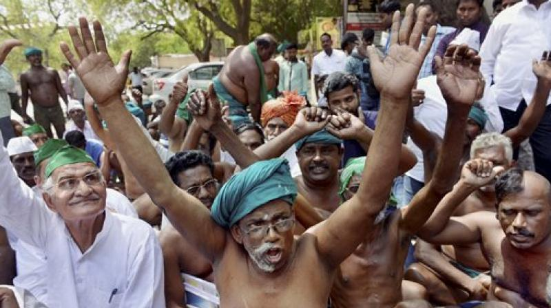 Tamil Nadu farmers strip outside PMO in protest