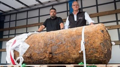 Bomb dispoaL experts Rene Bennert, left, and Dieter Schwetzler from the regional council Darmstadt defused a massive World War Two bomb in the financial capital of Frankfurt on Sunday.