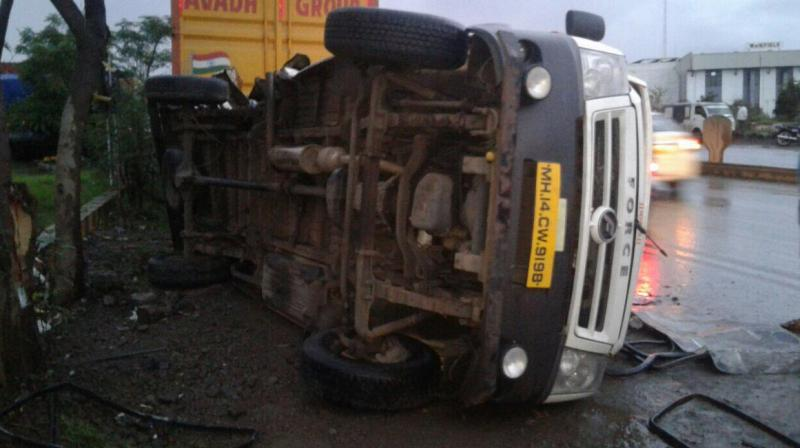 Pune: Six killed after mini-bus rams into water-tanker