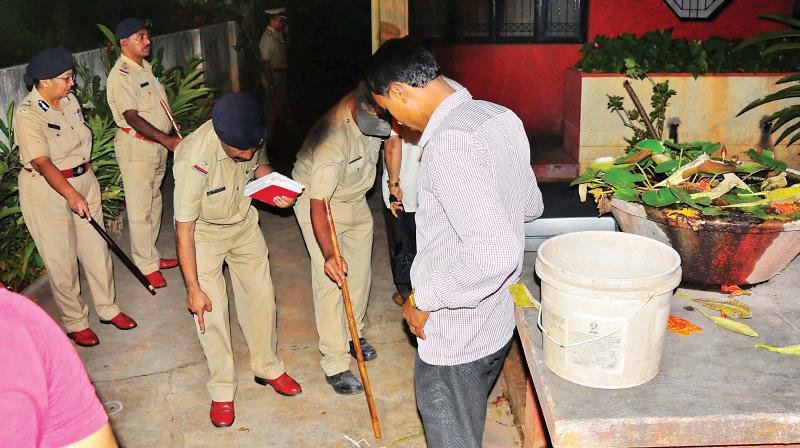 A file photo of the police looking for evidence at the house of Gauri Lankesh on the night after she was murdered  (Photo:DC)