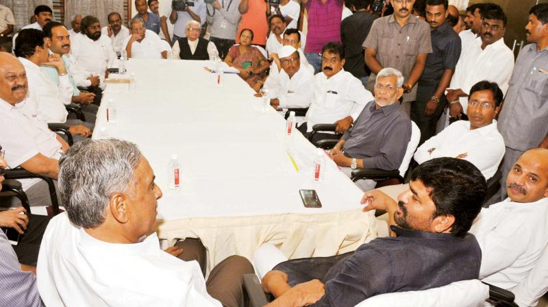 Ministers Sharanprakash Patil, Vinay Kulkarni, former minister Shamanur Shivashankarappa and other Veerashaiva-Lingayat leaders at a meeting at Mr Patil's residence in Bengaluru on Wednesday