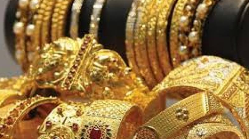 Gold shines on global cues, jewellers' buying