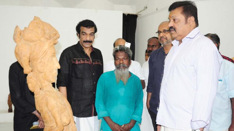 Suresh Gopi, MP, and Jayaraj Warrier watch the Kalkkadhal Sculpture exhibition by Shilpi Rajan at Lalithakala Akademi Art gallery, Thrissur on Sunday.  (Photo: DC)