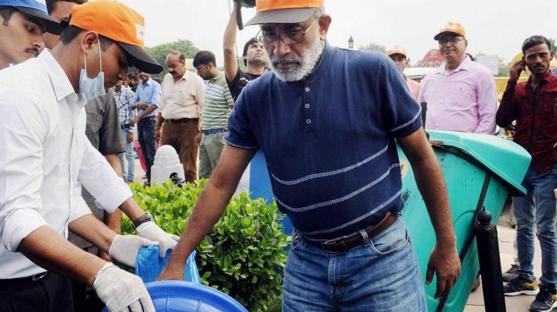 Swachhta Hi Seva drive: Volunteers 'arrange' garbage for KJ Alphons at India Gate