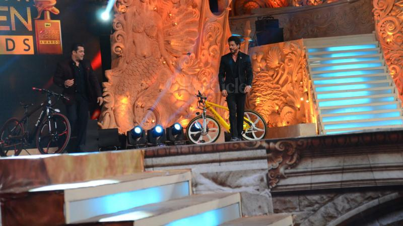 Shah Rukh Khan and Salman Khan hosted the Star Screen Awards and had the audience in splits with their hilarious antics. (Photo: Viral Bhayani)