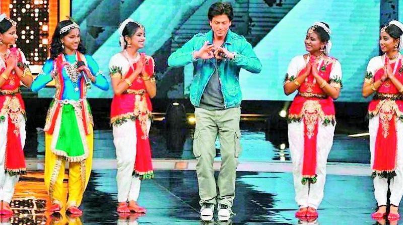 Shah Rukh Khan shaking a leg with V.S. Ramamoorthy's students on a TV show