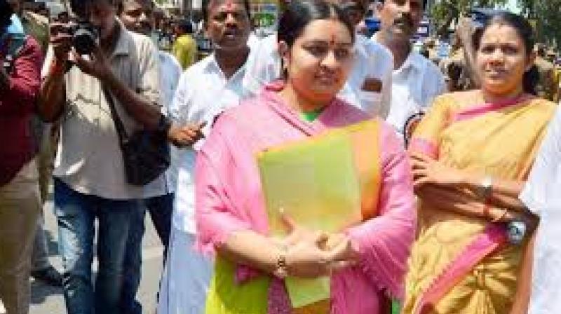 Jayalalithaa's niece Deepa Jayakumar stopped at Poes garden
