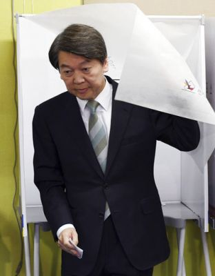 The polls have shown Hong and centrist Ahn Cheol-soo running even with a final Gallup Korea survey showing 20 percent support.